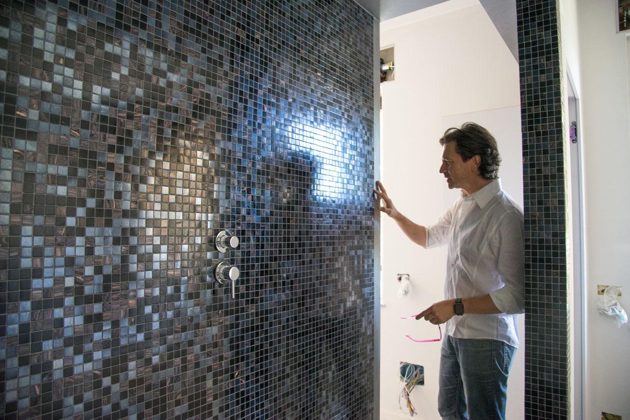 ristrutturazione di interni . roberto silvestri controlla la posa del mosaico bisazza 01