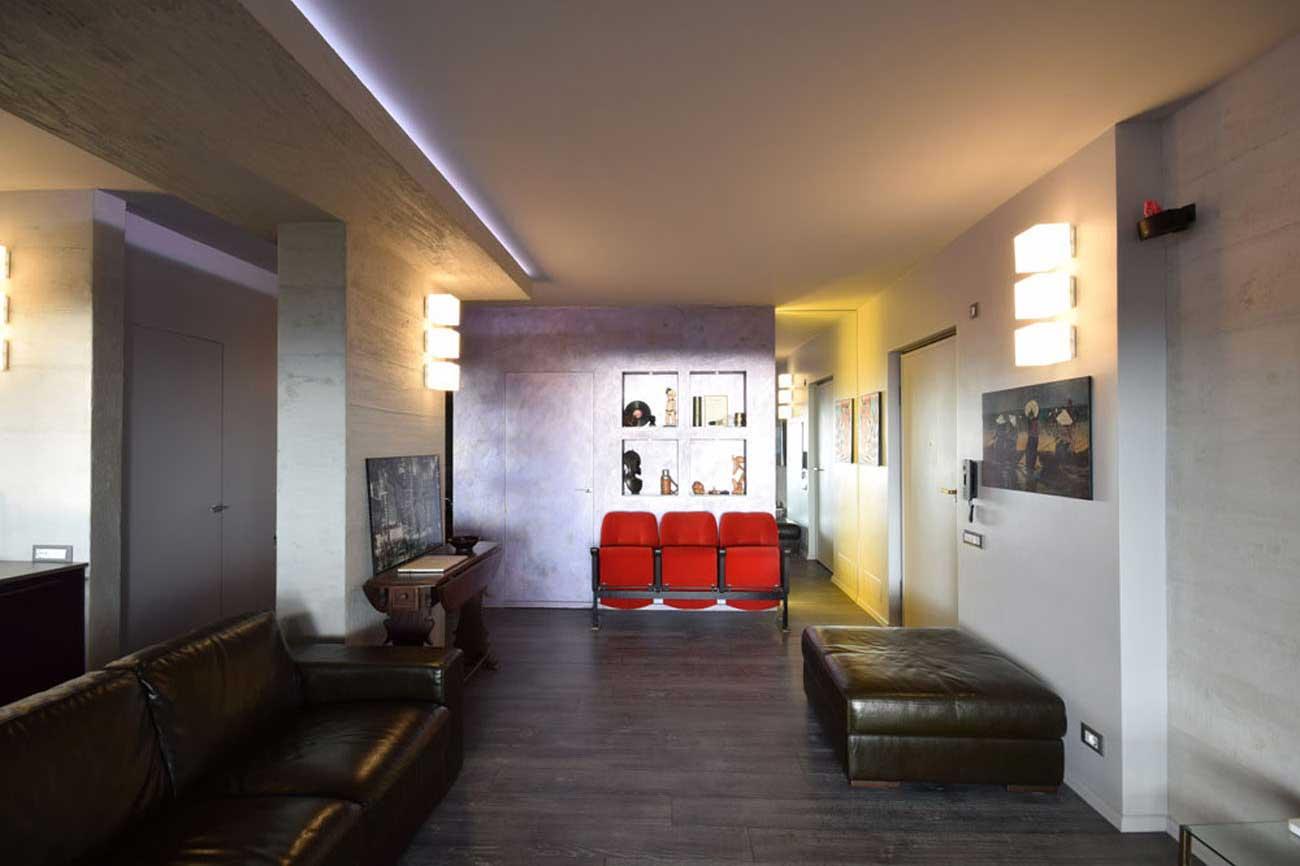 Il cemento armato e le luci a led sono protagonisti in questa casa fatta con materiali e colori forti, decisi.